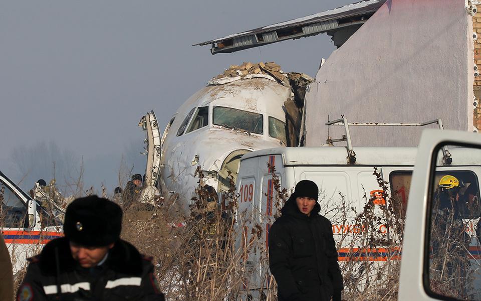 aeroporiki-tragodia-sto-kazakstan-amp-8211-nekros-o-pilotos-kai-11-epivates-sta-dyo-kopike-to-aeroplano-vinteo-fotografies3