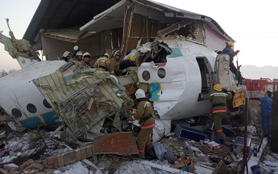 aeroporiki-tragodia-sto-kazakstan-amp-8211-nekros-o-pilotos-kai-11-epivates-sta-dyo-kopike-to-aeroplano-vinteo-fotografies9