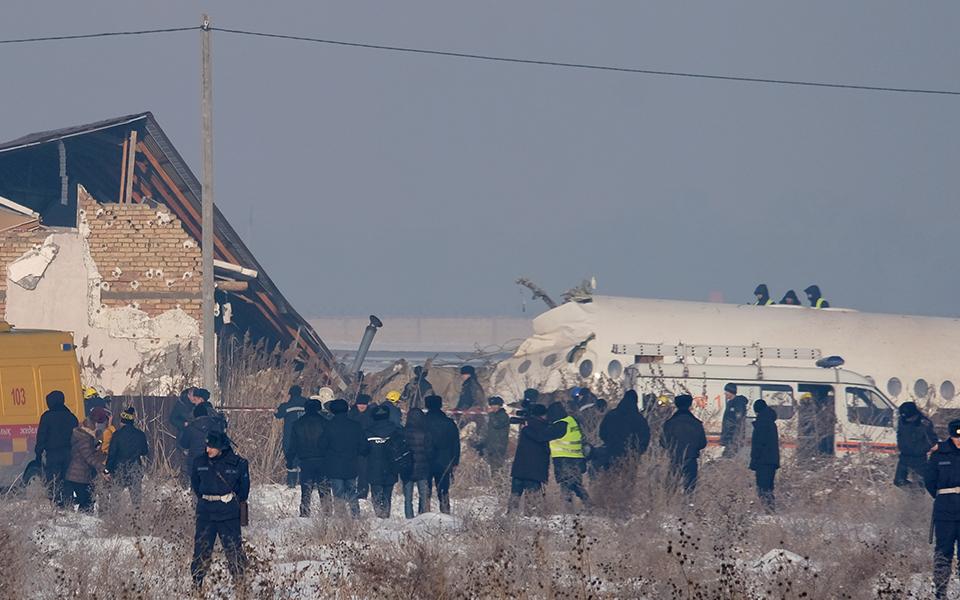 aeroporiki-tragodia-sto-kazakstan-amp-8211-nekros-o-pilotos-kai-11-epivates-sta-dyo-kopike-to-aeroplano-vinteo-fotografies7