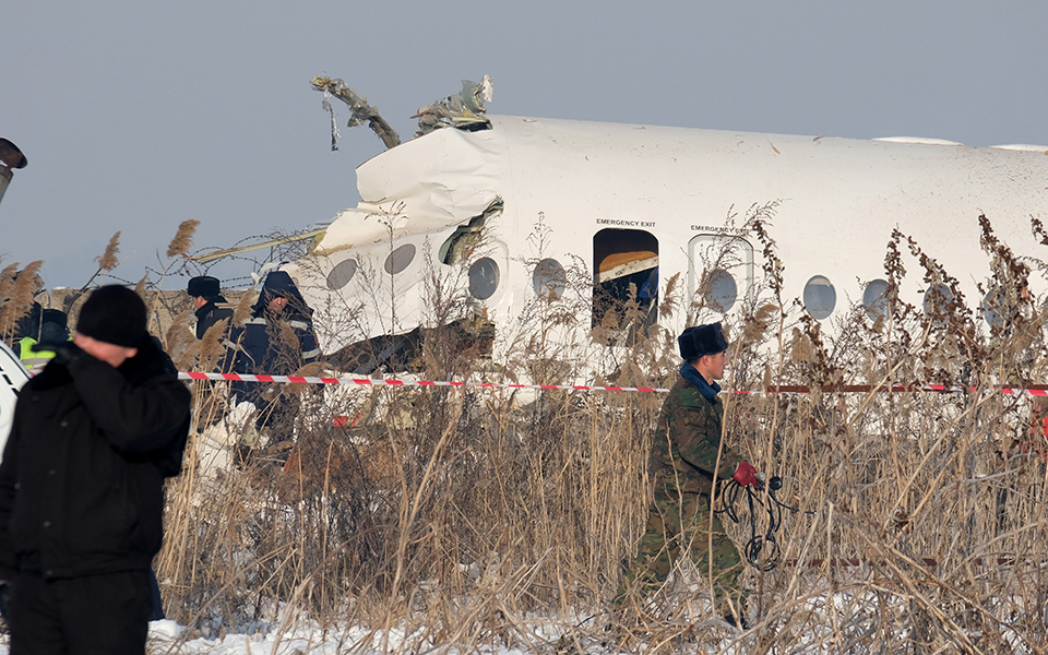 aeroporiki-tragodia-sto-kazakstan-amp-8211-nekros-o-pilotos-kai-11-epivates-sta-dyo-kopike-to-aeroplano-vinteo-fotografies5