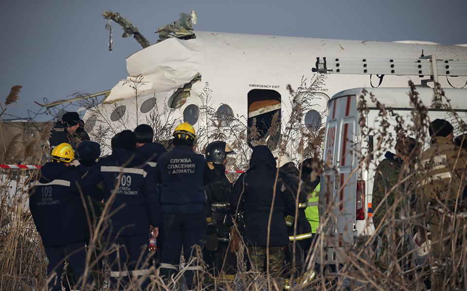 aeroporiki-tragodia-sto-kazakstan-amp-8211-nekros-o-pilotos-kai-11-epivates-sta-dyo-kopike-to-aeroplano-vinteo-fotografies13
