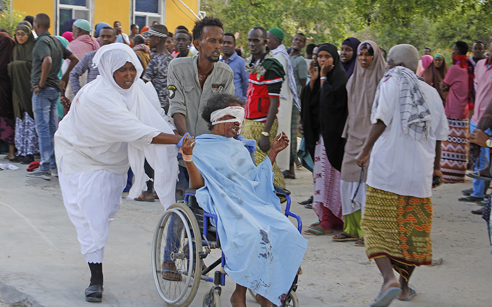 ekatomvi-nekron-apo-tin-ekrixi-pagideymenoy-ochimatos-sti-somalia1