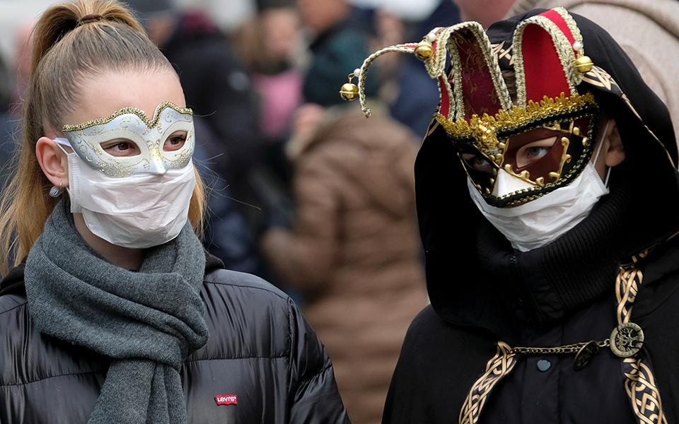 i-maska-toy-koronoioy-sto-karnavali-tis-venetias-fotografies1
