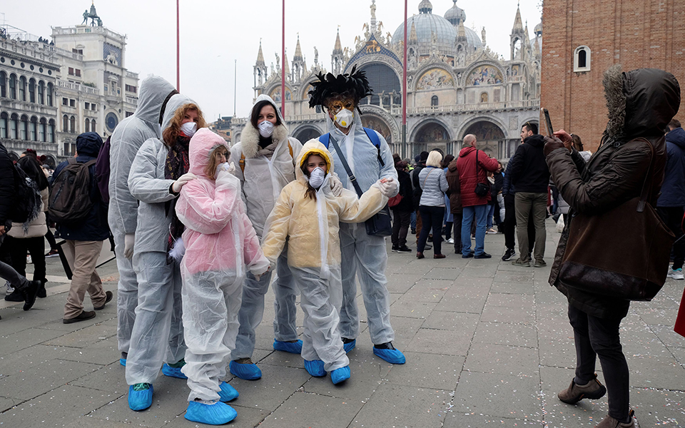 i-maska-toy-koronoioy-sto-karnavali-tis-venetias-fotografies2