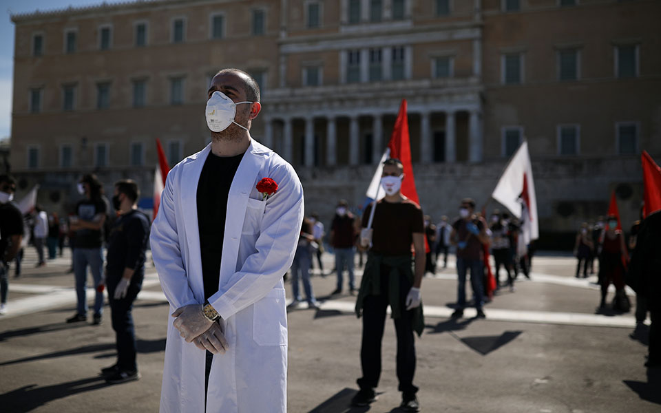 me-apostaseis-akriveias-kai-maskes-oi-apergiakes-sygkentroseis-sto-syntagma-fotografies5