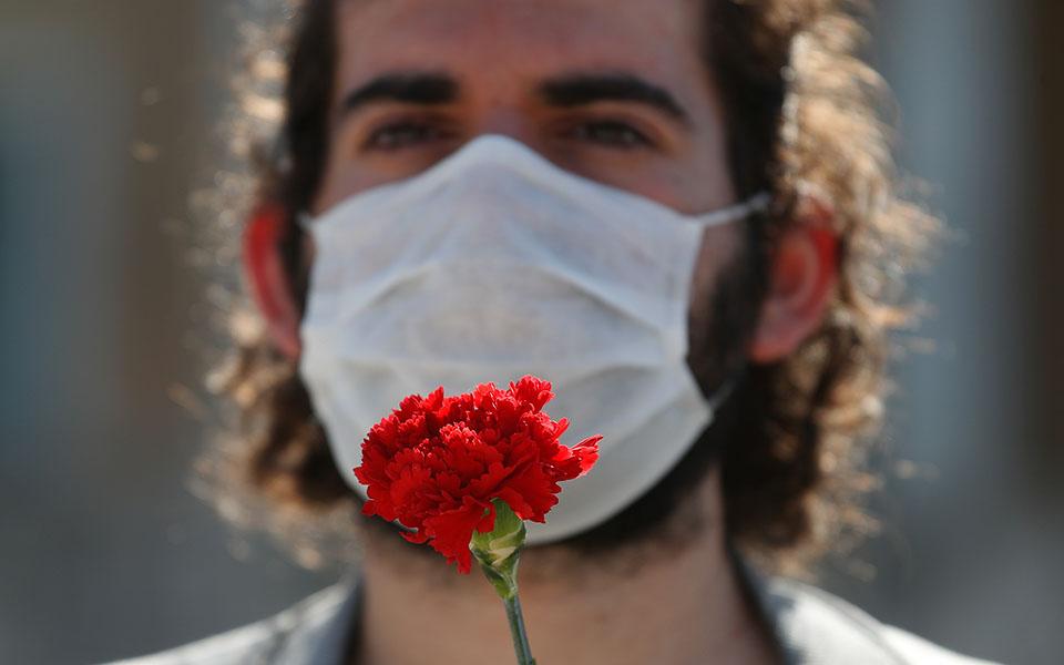 me-apostaseis-akriveias-kai-maskes-oi-apergiakes-sygkentroseis-sto-syntagma-fotografies7