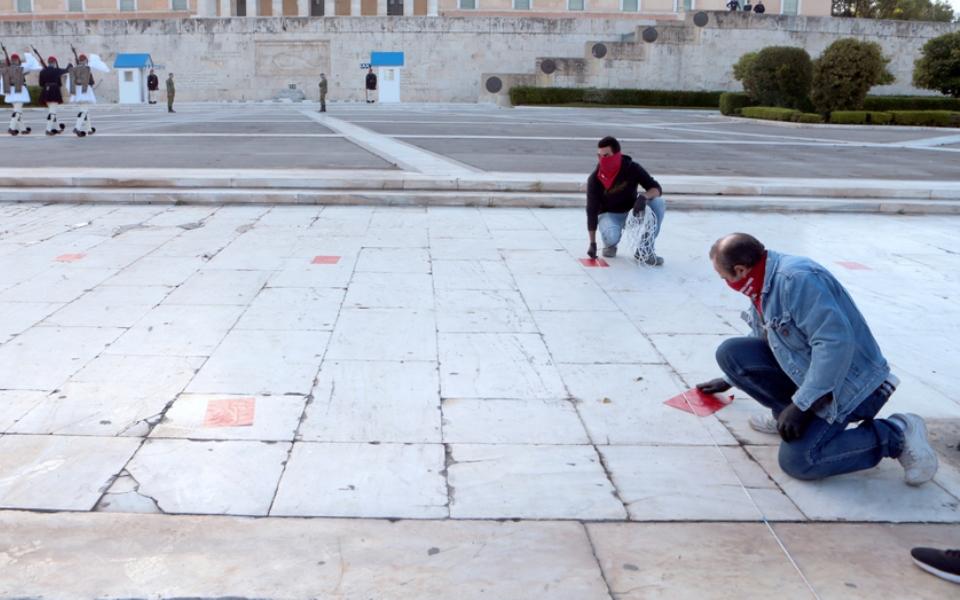 me-apostaseis-akriveias-kai-maskes-oi-apergiakes-sygkentroseis-sto-syntagma-fotografies9