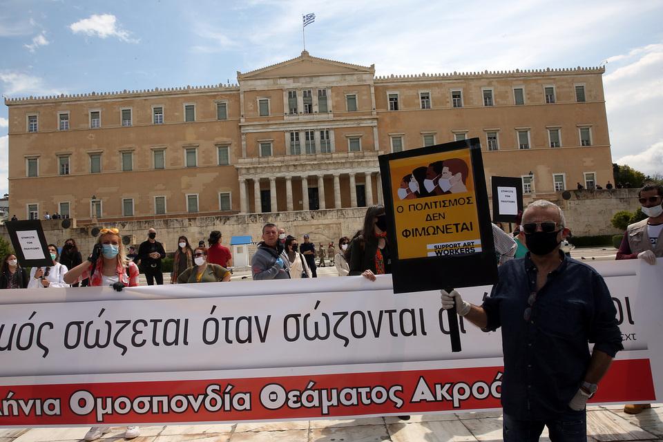 sygkentrosi-kallitechnon-me-gantia-kai-maskes-sto-syntagma-fotografies5