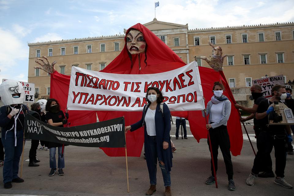 sygkentrosi-kallitechnon-me-gantia-kai-maskes-sto-syntagma-fotografies1