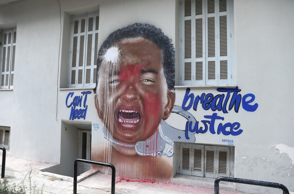 vandalisan-to-gkrafiti-toy-tzortz-floint-sto-metaxoyrgeio-fotografies0