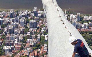 Eργάτης συνεργείου επισκευάζει τη ζημιά που προκάλεσε πρόσφατα κεραυνός στο χέρι του αγάλματος του Ιησού στο Ρίο. Οι... κεραυνοί όμως δεν έρχονται μόνο από τον ουρανό στη Βραζιλία...