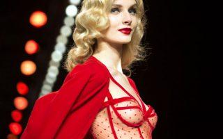 Κόκκινο! Άκρως θηλυκή είναι η μόδα που παρουσίασε η Αυστριακή σχεδιάστρια Lena Hoschek στην εβδομάδα μόδας του Βερολίνου. Μεσάτα φορέματα, λουλουδάτα ντεσέν και φυσικά κατακόκκινες δημιουργίες που έκλεψαν τις εντυπώσεις. AFP PHOTO / ODD ANDERSEN