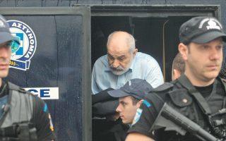 Ο Γιάννης Σμπώκος,  (εδώ μεταφέρεται στο δικαστήριο) είπε στον επιχειρηματία Γεώργιο Κ., όταν αποκαλύφθηκε η απάτη, ότι συγκεντρώνει χρήματα για νέο κόμμα. Το κόμμα δεν ιδρύθηκε τελικά, ο Γιάννης Σμπώκος κατέληξε στη φυλακή και ο Γεώργιος Κ. επέστρεψε στο ελληνικό Δημόσιο 7,5 εκατ. ευρώ.