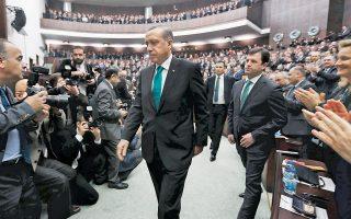 Ο Τούρκος πρωθυπουργός στη Βουλή. Ο Ερντογάν δήλωσε έτοιμος να εξεύρει συμβιβαστική λύση στο ζήτημα του επίμαχου νομοσχεδίου για τον έλεγχο της Δικαιοσύνης.