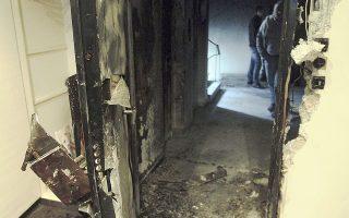 Η είσοδος του πολιτικού γραφείου του υπουργού Εσωτερικών Γ. Μιχελάκη, στον 4ο όροφο πολυκατοικίας επί της οδού Αμερικής 10, μετά την επίθεση.