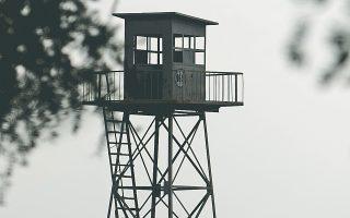Κενό τουρκικό φυλάκιο στα σύνορα με τη Συρία εικονίζεται δίπλα στον διαχωριστικό φράχτη με τη γειτονική χώρα.