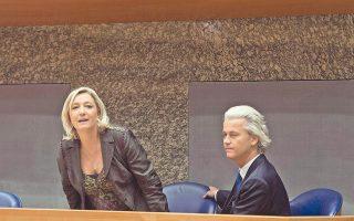 Η Γαλλίδα Μαρίν Λεπέν και ο Ολλανδός Χερτ Βίλντερς κατά την πρόσφατη ανακοίνωση της συνεργασίας τους.