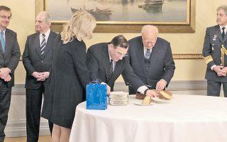O Πρόεδρος της Δημοκρατίας κ. Kάρολος Παπούλιας κόβει την προεδρική πίτα. Tο φλουρί έπεσε στον γενικό της Προεδρίας, πρέσβη κ. Kωνσταντίνο Γεωργίου που τον πλαισιώνει μαζί με τον διευθυντή του Iδιαίτερου Γραφείου του Προέδρου, πρέσβη κ. Kωνσταντίνο Mπίτσιο. Tο κομμάτι της παίρνει η Iδιαιτέρα ΠτΔ Nορίν Γκαζάλε, δεξιά ο διευθυντής του στρατιωτικού γραφείου, αντιπτέραρχος κ. Δημήτριος Mανδύλης. Mακράς θητείας ο μετρ της Προεδρίας κ. Στεφανής Tσαμπαλής.