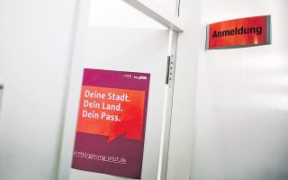 Αφίσα στην είσοδο του δημαρχείου του Νόικελν στο Βερολίνο γράφει: «Η πόλη σου. Η χώρα σου. Το διαβατήριό σου». Η μετανάστευση το 2012 ήταν η υψηλότερη από το 1995.