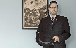 Ο ραββίνος Ντοφ Λίπμαν, μέλος του ισραηλινού Κοινοβουλίου, στο διαμέρισμά του στο Μπέιτ Σεμές. Ο Λίπμαν είναι από τους εμπνευστές του επίμαχου νομοσχεδίου που ποινικοποιεί τη χρήση της λέξης «ναζί».
