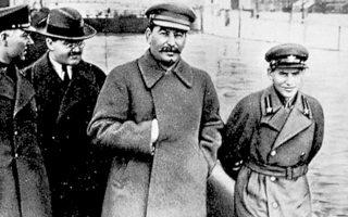 Η υστεροφημία του Στάλιν παραμένει αμφιλεγόμενη στη Ρωσία: θα έπρεπε οι συμπατριώτες του να τον θυμούνται ως έναν ηρωικό ηγέτη, που οδήγησε την ΕΣΣΔ στον οικονομικό εκσυγχρονισμό και στη νίκη επί της ναζιστικής Γερμανίας, ή σαν έναν αδυσώπητο δικτάτορα;
