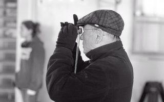 Φωτογραφία του Ηλία Μπουργιώτη, από τα γυρίσματα της «Αλλης θάλασσας». Διακρίνεται η κόρη του, Ελένη Αγγελοπούλου.