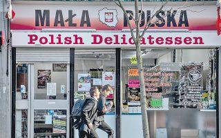 Παιδιά που τρέχουν έξω από ένα πολωνικό κατάστημα στο Λονδίνο. Ως μέλη της Ευρώπης των «28», οι Πολωνοί μετανάστες έχουν τα περισσότερα από τα δικαιώματα στις κοινωνικές παροχές που απολαμβάνουν και οι Βρετανοί.