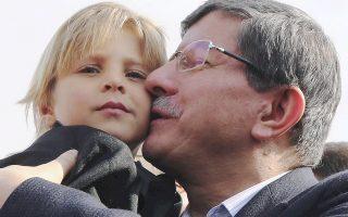 O Τούρκος υπουργός Εξωτερικών Αχμέτ Νταβούτογλου επισκέπτεται καταυλισμό προσφύγων. Πάνω από 1 εκατομμύριο Σύροι έχουν καταφύγει στην Τουρκία.