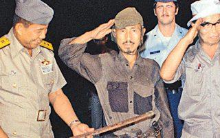 Ο Ονόντα χαιρετά στρατιωτικά μετά την παράδοση των όπλων στο νησί Λουπάνγκ των Φιλιππίνων το 1974.