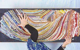 H Oλγα Γουλανδρή χρησιμοποιεί άμμο, πέτρες, κρυστάλλους και άλλα υλικά.