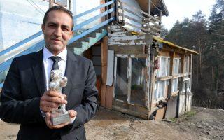 Βραβείο ναι, άσυλο όχι. Ο εικονιζόμενος Ρομά, Nazif Mujic, ποζάρει μπροστά από το σπίτι του στην Βοσνία, αγκαλιά με την Αργυρή Άρκτο.  Το βραβείο το κέρδισε στην Berlinare για την συμμετοχή του στην ταινία «An episode in the life of an iron piker». Μπορεί να έχει περάσει ένας σχεδόν χρόνος από την βράβευσή του αλλά η αίτησή του για άσυλο στην Γερμανία δεν έχει γίνει δεκτή και ο ίδιος βρίσκεται σε κέντρο μεταναστών, περιμένοντας την απέλασή του.AFP PHOTO/ ELVIS BARUKCIC