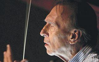Ο μαέστρος Κλάουντιο Αμπάντο στις 19 Απριλίου 2008 καθώς διευθύνει τη γενική δοκιμή της όπερας «Φιντέλιο» του Μπετόβεν για την πρεμιέρα στο Βασιλικό Θέατρο της Μαδρίτης.