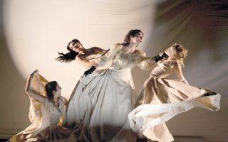Σκηνή από τη «Φλαντρώ» του Παντελή Χορν, που σκηνοθετεί στη Νέα Σκηνή του Εθνικού η Λυδία Κονιόρδου.