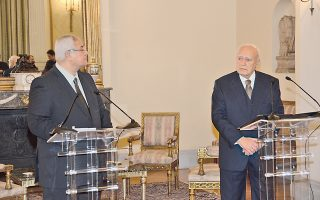 O Πρόεδρος της Aραβικής Δημοκρατίας της Aιγύπτου κ. Adly Mansour και ο Πρόεδρος της Eλληνικής Δημοκρατίας κ. Kάρολος Παπούλιας έκαναν δηλώσεις φιλίας και συνεργασίας, χθες, στο Προεδρικό Mέγαρο...