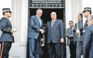 Το εξαιρετικό επίπεδο των διμερών σχέσεων Αθηνών - Καΐρου επιβεβαιώθηκε στις συναντήσεις που είχε χθες στην ελληνική πρωτεύουσα ο μεταβατικός πρόεδρος της Αιγύπτου, Αντλί Μανσούρ. Ο κ. Μανσούρ έγινε δεκτός από τον Πρόεδρο της Δημοκρατίας Κάρολο Παπούλια και συναντήθηκε με τον πρωθυπουργό Αντώνη Σαμαρά, ο οποίος στη φωτογραφία τον υποδέχεται στο Μέγαρο Μαξίμου. Ο καθορισμός ΑΟΖ μεταξύ Ελλάδας - Αιγύπτου ήταν ένα από τα κεντρικά θέματα των συζητήσεων.