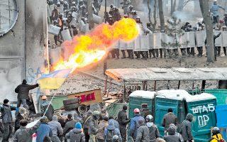 Διαδηλωτές πυρπολούν αστυνομικούς στην Ουκρανία. Οι συγκρούσεις είναι οι σφοδρότερες της δίμηνης κινητοποίησης, με δεκάδες αστυνομικούς και διαδηλωτές τραυματίες. Χθες, το συμβούλιο υπουργών της Ε.Ε. επέρριψε ευθύνες στην κυβέρνηση της Ουκρανίας, η οποία ψήφισε νόμο για τον περιορισμό των διαδηλώσεων.