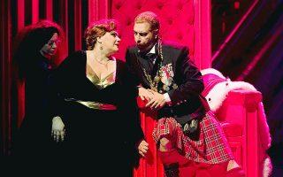 Η Τατιάνα Μελνυτσένκο ως Λαίδη Μάκμπεθ και ο Τάσης Χριστογιαννόπουλος ως Μάκμπεθ στην παραγωγή της Εθνικής Λυρικής Σκηνής στο Μέγαρο.