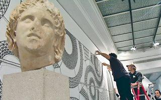 Ενα από τα σημαντικότερα πολιτιστικά γεγονότα του χειμώνα στις Βρυξέλλες είναι η έκθεση «Ναυτίλος: Ταξιδεύοντας την Ελλάδα», η οποία εγκαινιάζεται αύριο στο Μουσείο Bozar και αποτελεί μία από τις βασικές πολιτιστικές εκδηλώσεις της ελληνικής προεδρίας της Ε.Ε. Τολμηρό στοίχημα ως προς τον τρόπο που παρουσιάζει έργα σύγχρονων Ελλήνων δημιουργών μαζί με σπάνιες αρχαιότητες, σε ένα θαρραλέο διάλογο μεταξύ τους. Η έκθεση θα παραμείνει στις Βρυξέλλες έως τον Απρίλιο και στις 10 Μαΐου θα ανοίξει τις πύλες για το ελληνικό κοινό, στο Εθνικό Αρχαιολογικό Μουσείο. Σελ. 13