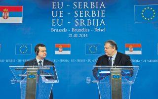 Ο αντιπρόεδρος της κυβέρνησης, Ευ. Βενιζέλος, με τον πρωθυπουργό της Σερβίας Ιβιτσα Ντάτσιτς, κατά τη διάρκεια της κοινής συνέντευξης Τύπου, στην πρώτη διακυβερνητική διάσκεψη για την ένταξη της Σερβίας στην Ε.Ε., που πραγματοποιήθηκε στις Βρυξέλλες.