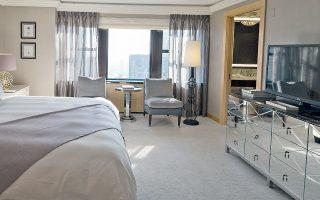 Ενα από τα υπνοδωμάτια της σουίτας «Τζούελ» στο New York Palace, η οποία θα μπορούσε να θεωρηθεί μία εκδοχή των Βερσαλλιών σε μικρογραφία.