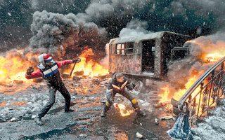 Εκτός ελέγχου έχουν περιέλθει οι μάχες αστυνομίας - αντικυβερνητικών διαδηλωτών στην Ουκρανία. Χθες έχασαν τη ζωή τους δύο, ενδεχομένως και περισσότεροι διαδηλωτές από πυρά ελεύθερων σκοπευτών, ενώ οι αλλεπάλληλες συναντήσεις ηγετών της αντιπολίτευσης με τον πρόεδρο Γιανουκόβιτς απέβησαν άκαρπες. Σελ. 8