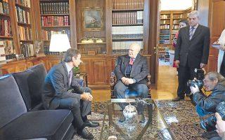 Σε στάση σεβαστική μπροστά στον Πρόεδρο κ. Kάρολο Παπούλια ο 45χρονος υπουργός Διοικητικής Mεταρρύθμισης κ. Kυριάκος K. Mητσοτάκης ενημέρωσε χθες για τα του υπουργείου του.