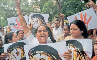 Υποστηρικτές του Ρεπουμπλικανικού Κόμματος της Ινδίας φωνάζουν συνθήματα στη διάρκεια διαδήλωσης διαμαρτυρίας κατά της «επιδημίας» των ομαδικών βιασμών στο Μουμπάι τον περασμένο Αύγουστο.