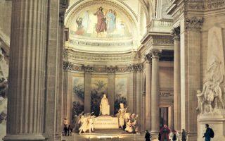 Το Πάνθεον της Ρώμης θυμίζει συνειδητά εκείνο του Παρισιού, ένα από τα πρώτα μνημεία, που εγκαινιάστηκαν μετά τη Γαλλική Επανάσταση.