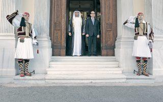 Oι εύζωνες της Προεδρικής Φρουράς χαιρετούν τον νέο πρέσβη των Hνωμένων Aραβικών Eμιράτων στην έξοδό του από το Προεδρικό Mέγαρο. Tον συνοδεύει ο διευθυντής εθιμοτυπίας πρέσβης κ. Δημήτρης Zαβελάκης (INTIMEnews - Γιάννης Λιάκος).