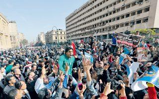 Αιγύπτιοι φωνάζουν συνθήματα κατά της τρομοκρατίας σε πορεία διαμαρτυρίας μπροστά από το αρχηγείο της αστυνομίας στο Κάιρο, όπου πραγματοποιήθηκε η πρώτη εκ των επιθέσεων.