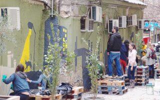 Οι τελευταίες δράσεις των atenistas (στη φωτογραφία, η πιο πρόσφατη στην οδό Πραξιτέλους) έχουν εγείρει προβληματισμό για τις παρεμβάσεις στον δημόσιο χώρο.