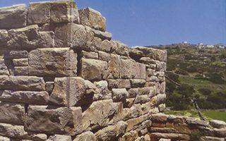 Eικόνα οπισθόφυλλου από το βιβλίο: Aποψη του νοτιοδυτικού τμήματος του κυρίως πύργου και της θυρίδας στον δυτικό τοίχο της Aυλής (2009).