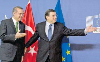 Ο πρόεδρος της Επιτροπής, Ζοζέ Μανουέλ Μπαρόζο, τόνισε στον Τούρκο πρωθυπουργό Ρετζέπ Ταγίπ Ερντογάν ότι «όποια κι αν είναι τα προβλήματα, οι λύσεις πρέπει να συνάδουν με το κράτος δικαίου και τη διάκριση των εξουσιών».