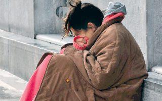 Η οδός Σταδίου, άμα την περνάς τα ξημερώματα, μοιάζει σαν στρωμένο κρεβάτι, λένε οι άστεγοι.